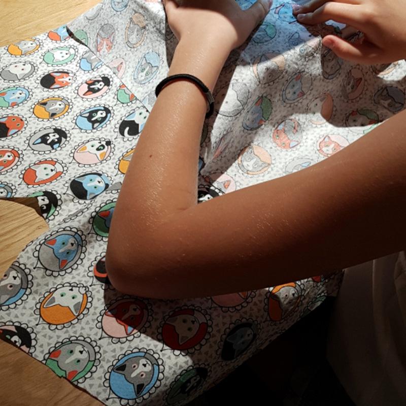 stage de couture enfant, découpe du modèle de l'atelier couture
